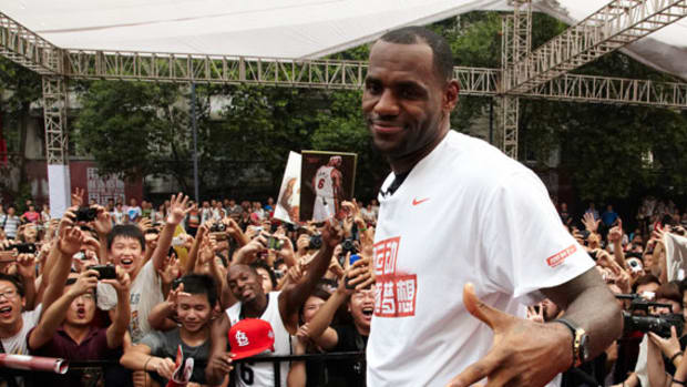lebron-james-basketball-tour-china-2011-chengdu-sm
