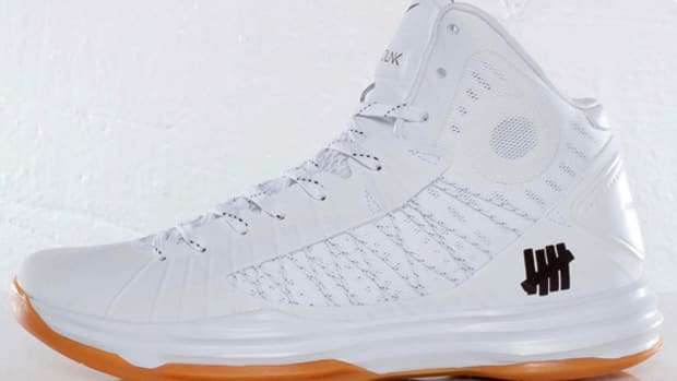 undefeated-nike-hyperdunk-bring-back-pack-598471-110-01