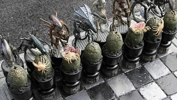 alien-vs-predator-chess-set-sm