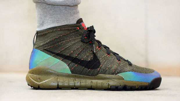 nike-flyknit-chukka-fsb-features-holographic-paneling-00