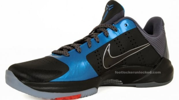 zoom-kobe-v-dark-knight-neptune-blue-3a