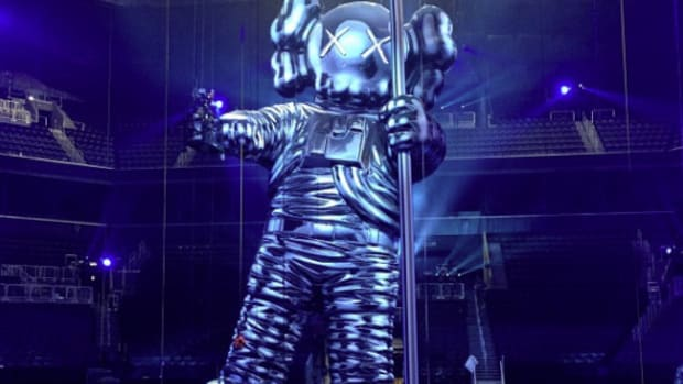 2013-mtv-video-music-awards-vma-60-foot-moonman-statue-kaws-01