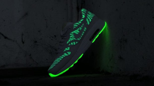 nike-air-max-1-premium-tape-glow-in-the-dark-599514-103-08