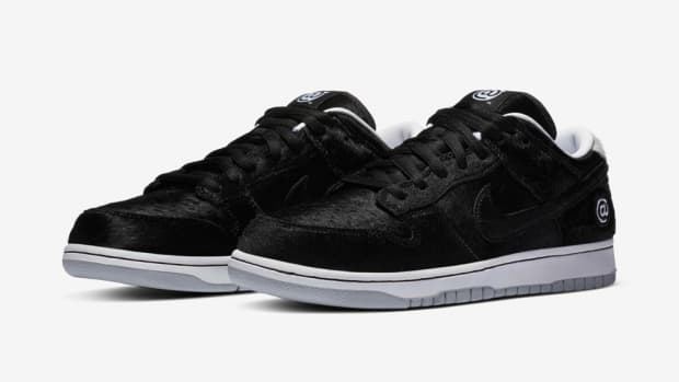 medicom-toy-nike-sb-dunk-low-bearbrick-black-2020-1