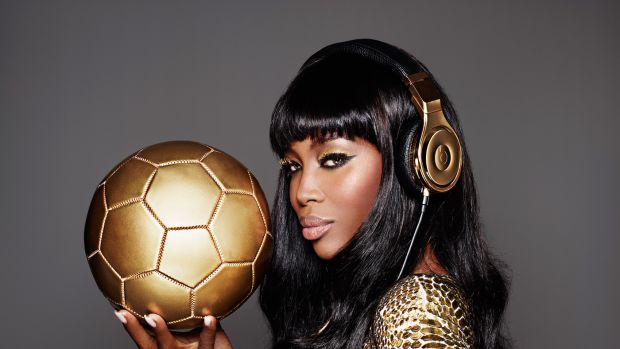 naomi-campbell-beats-by-dr-dre-gold-headphone-world-cup-brazil-00a
