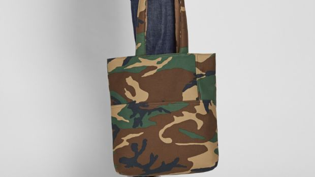 comme-des-garcons-homme-printed-tote-01.jpg