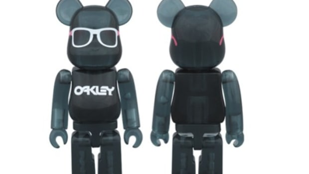 medicom-toy-x-oakley-frogskins-bearbrick-for-beams-0