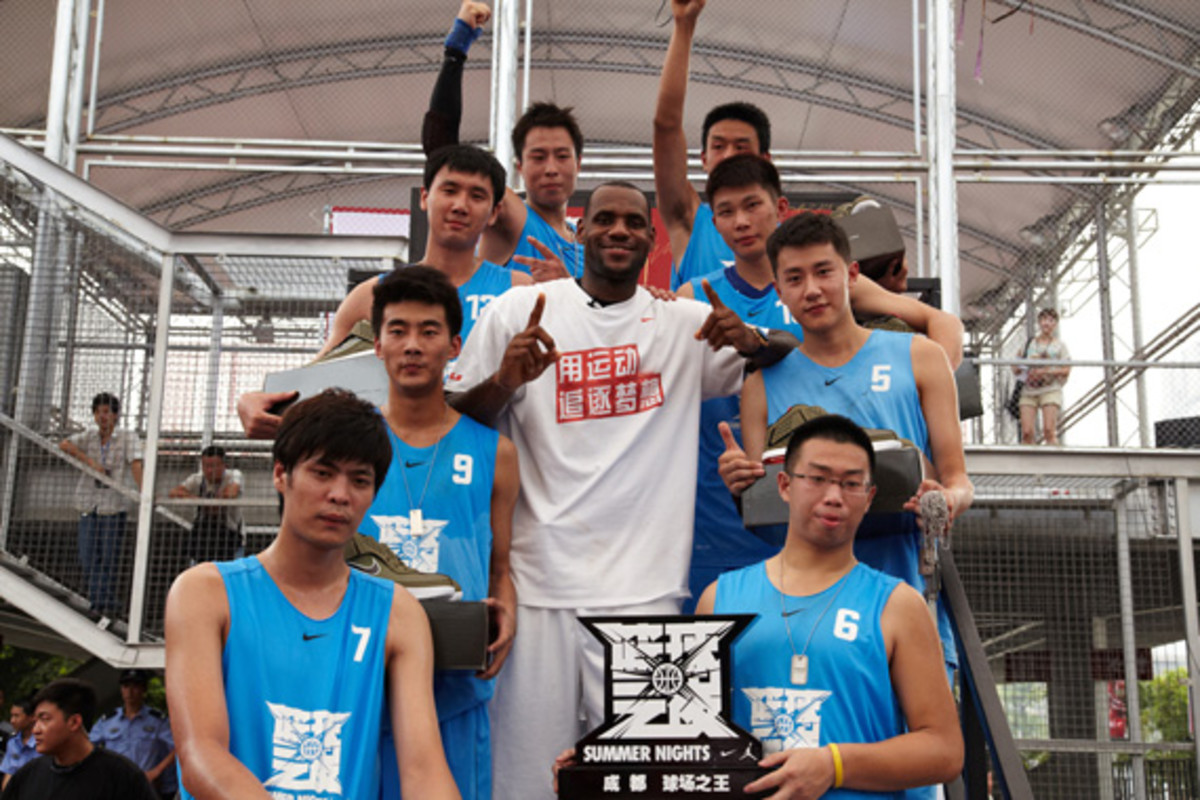 lebron-james-basketball-tour-china-2011-chengdu-06