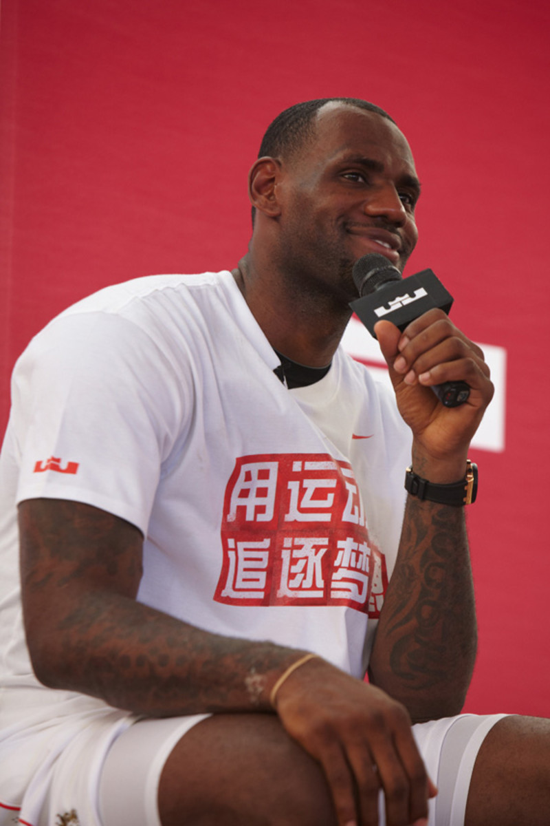 lebron-james-basketball-tour-china-2011-chengdu-09
