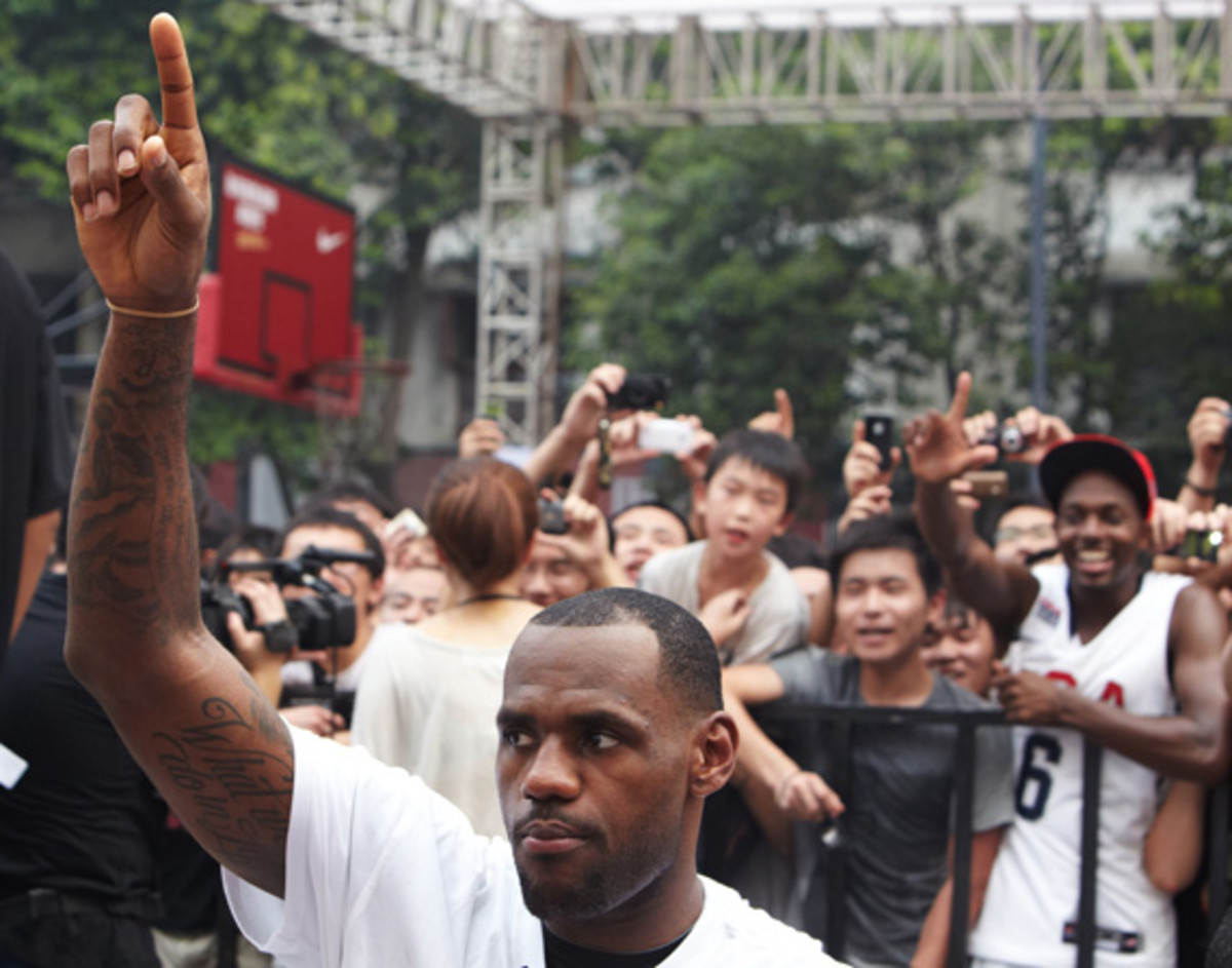 lebron-james-basketball-tour-china-2011-chengdu-02