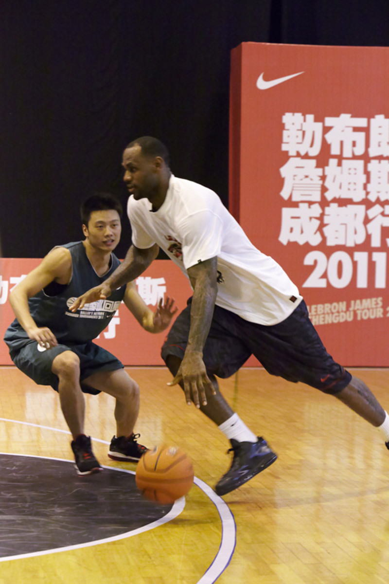 lebron-james-basketball-tour-china-2011-chengdu-20