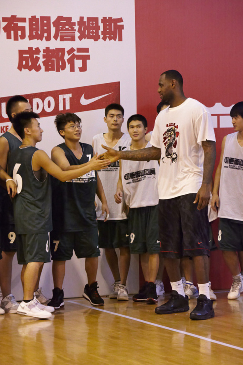 lebron-james-basketball-tour-china-2011-chengdu-21