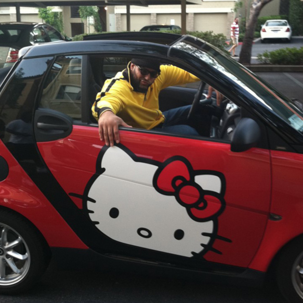 antonio-garay-san-diego-chargers-hello-kitty-smart-fortwo-02