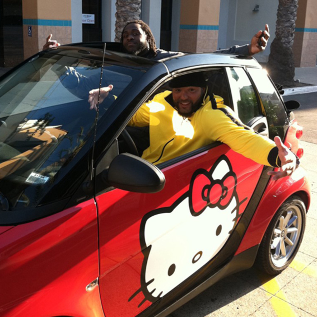 antonio-garay-san-diego-chargers-hello-kitty-smart-fortwo-03