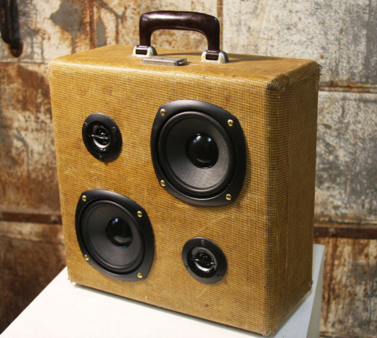 case-of-base-recycled-vintage-suitcase-boombox-03