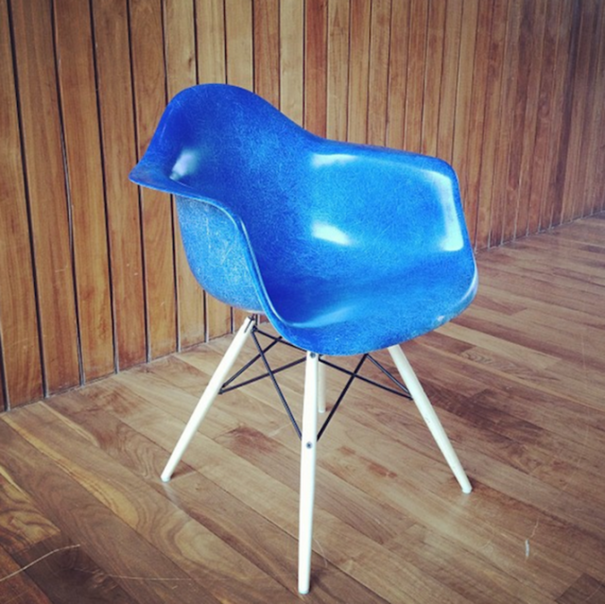 herman-miller-eames-molded-plastic-chair-02
