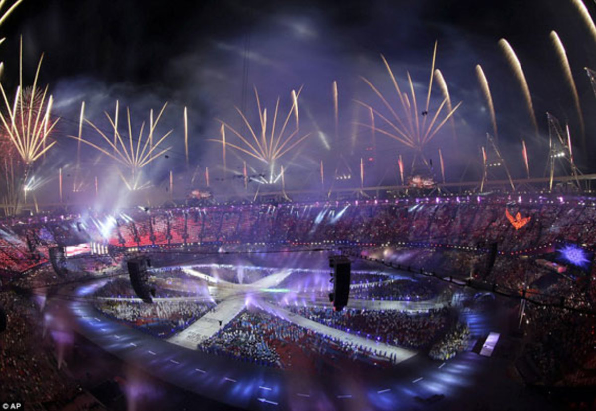 2012-london-olympics-closing-ceremony-union-jack-flag-by-damien-hirst-04