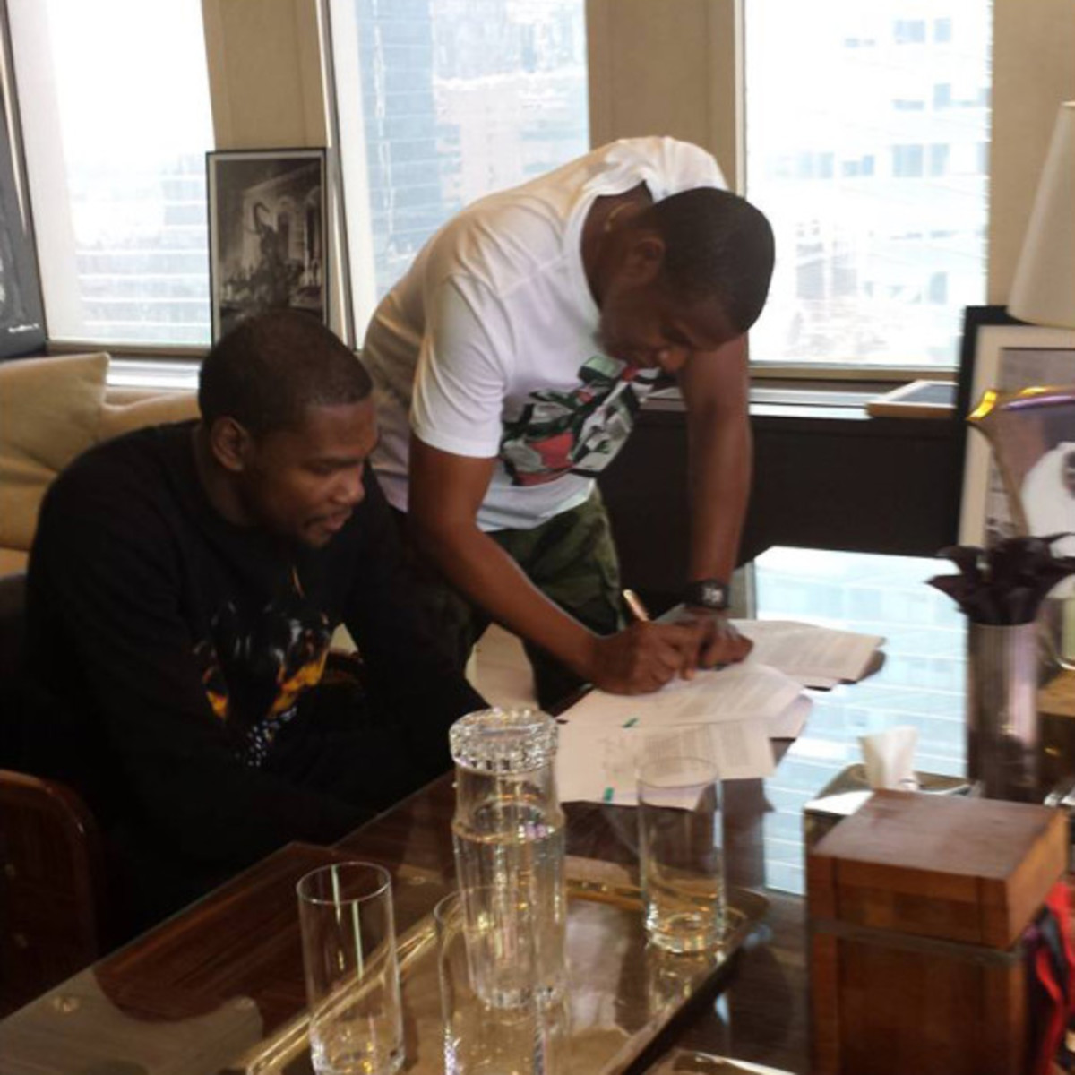 kevin-durant-signs-with-roc-nation-sports-02