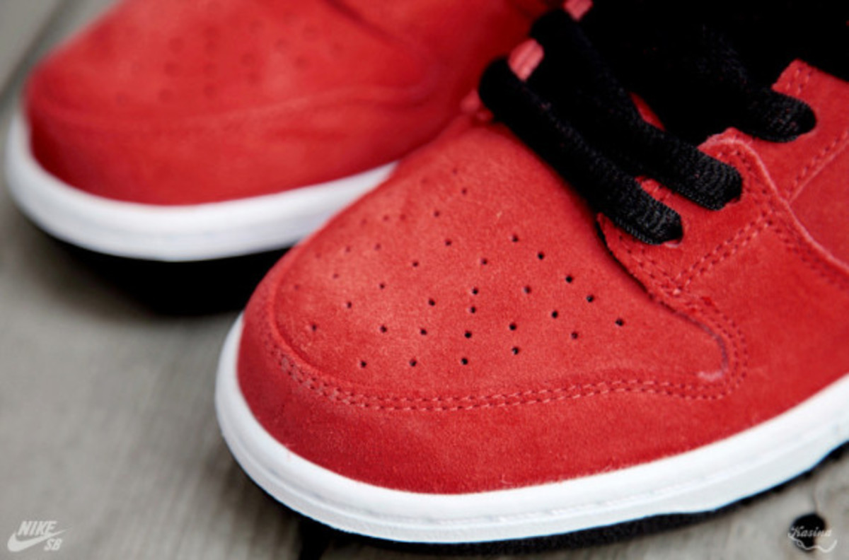 nike-sb-dunk-low-premium-qs-firecracker-pack-available-now-313170-602-03