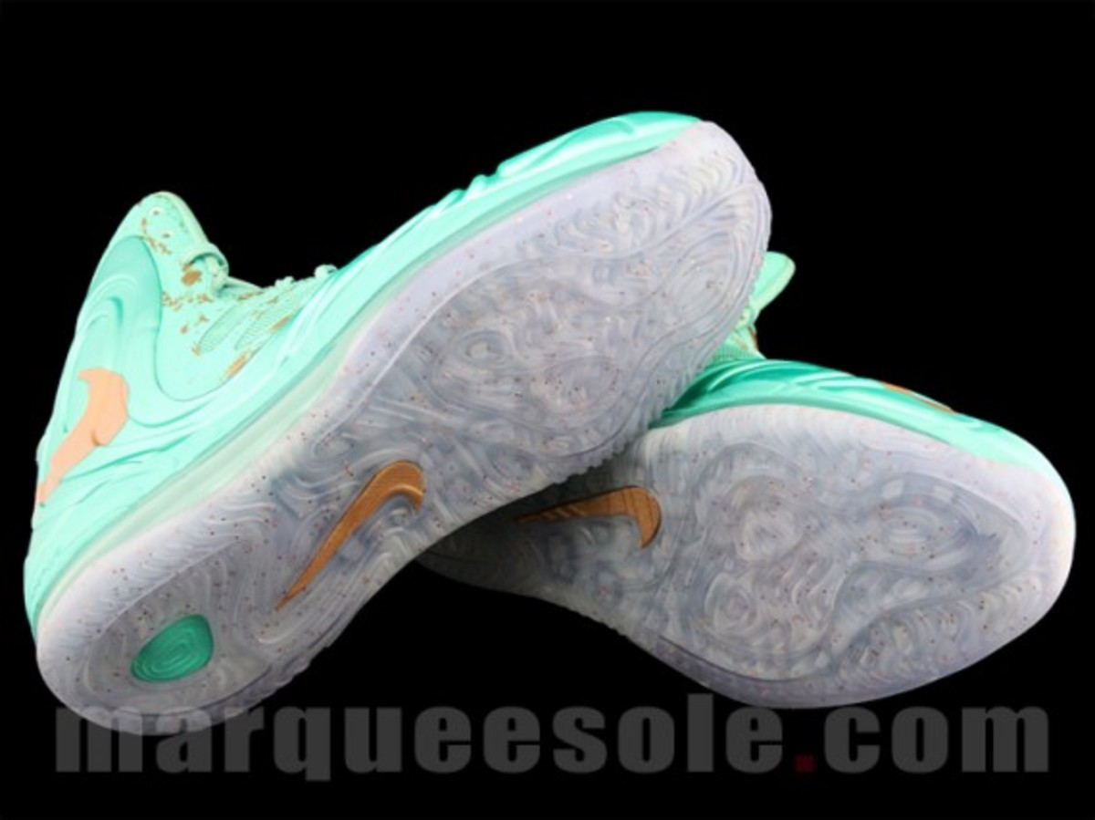nike-air-max-hyperposite-2012-statue-of-liberty-preview-04