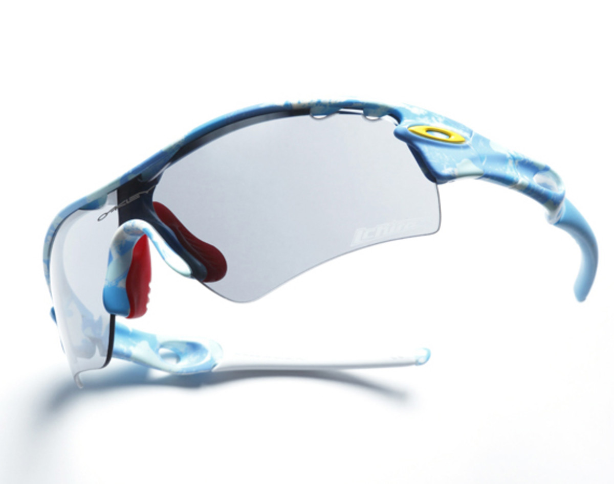 oakley-2012-ichiro-signature-radar-blue-white-night-camo-01