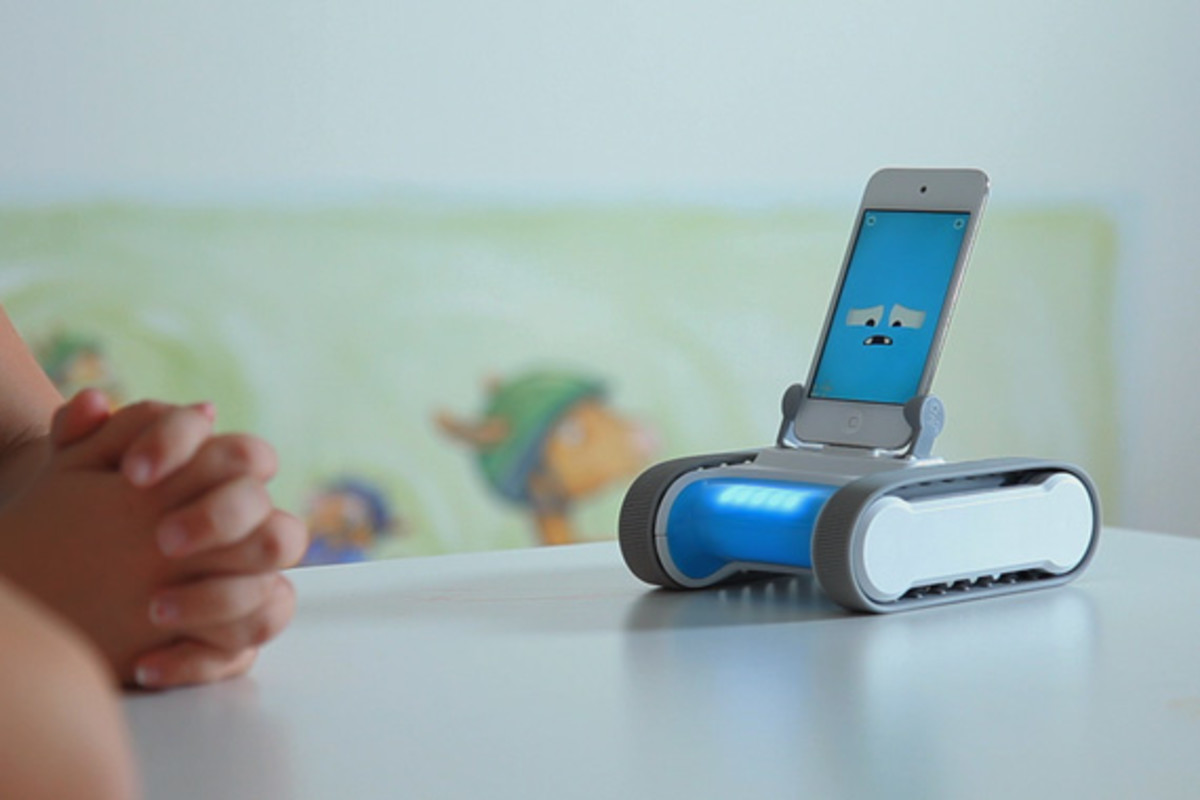 romo-the-smartphone-robot-for-everyone-romotive-005