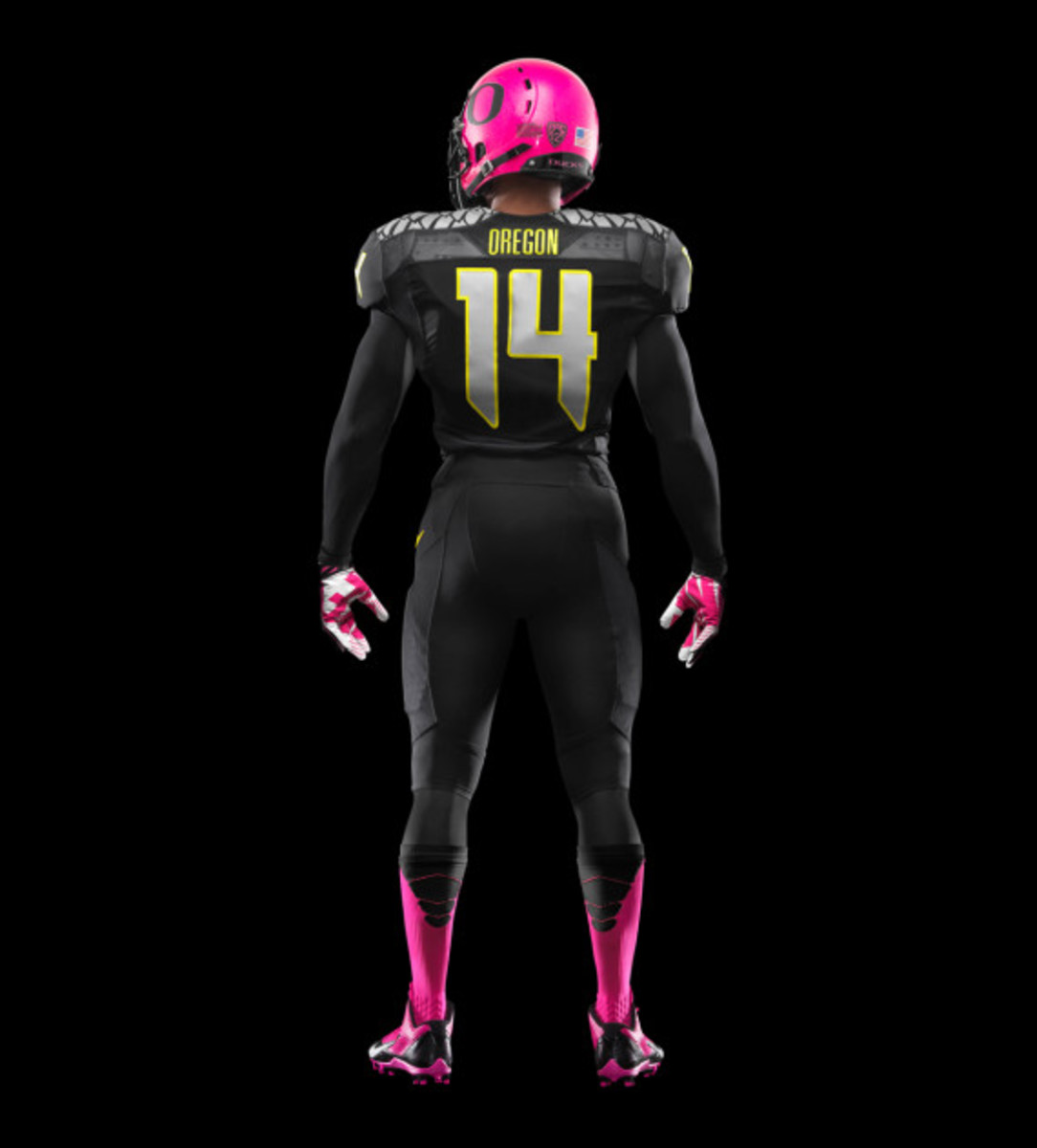 nike-oregon-ducks-football-pays-tribute-to-breast-cancer-awareness-05