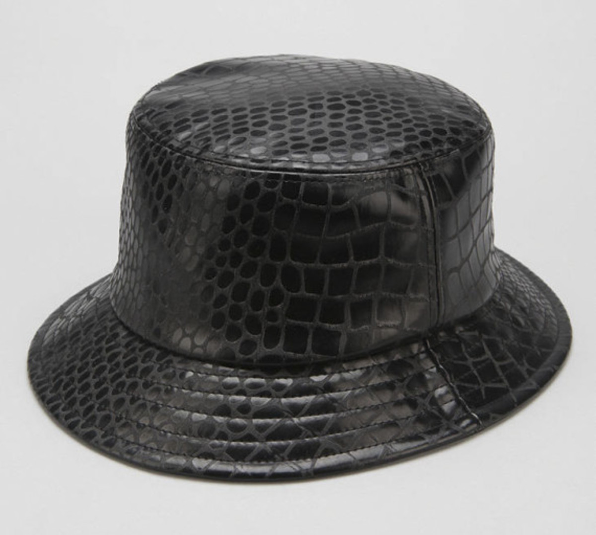 stussy-croc-faux-leather-bucket-hat-urban-outfitters-exclusive-02