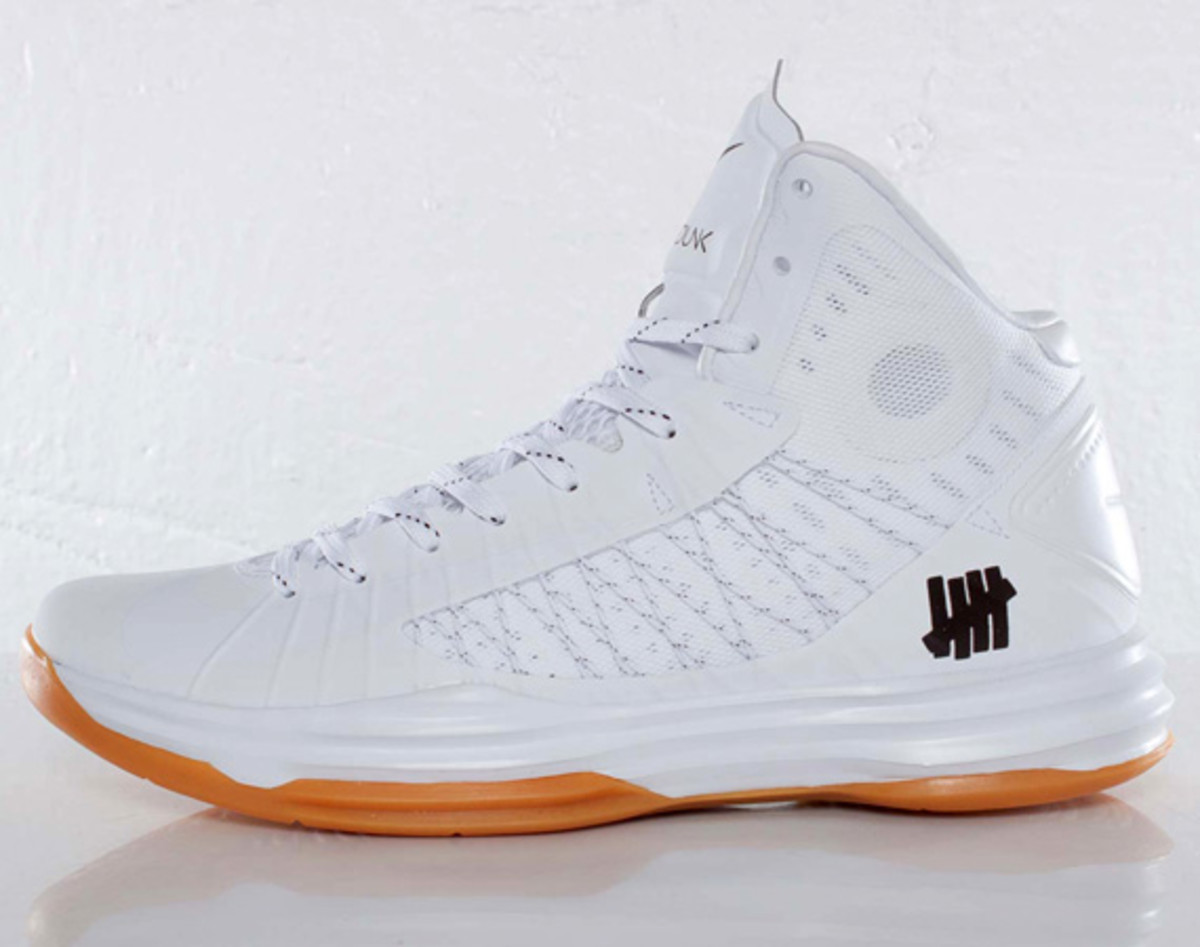 55089b43a72c undefeated-nike-hyperdunk-bring-back-pack-598471-110-