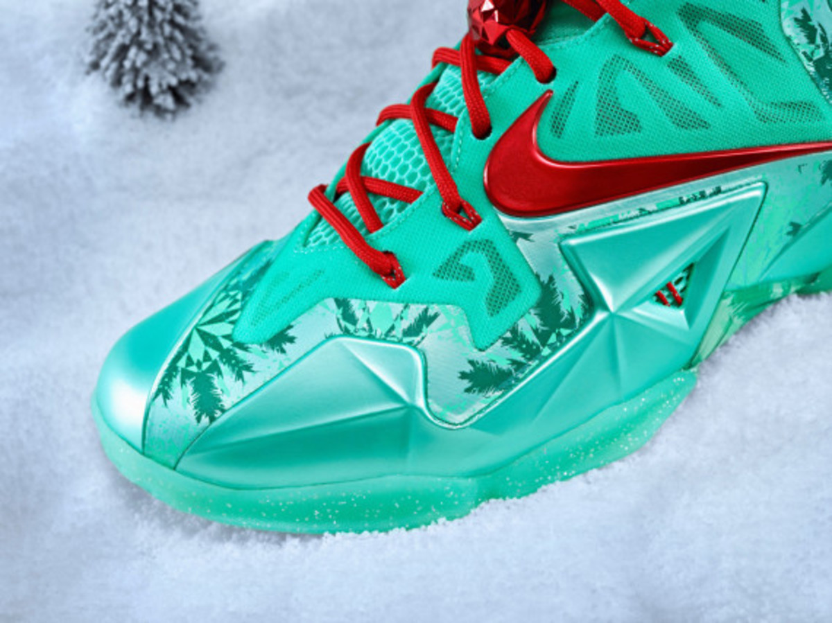 nike-lebron-11-christmas-officially-unveiled-03