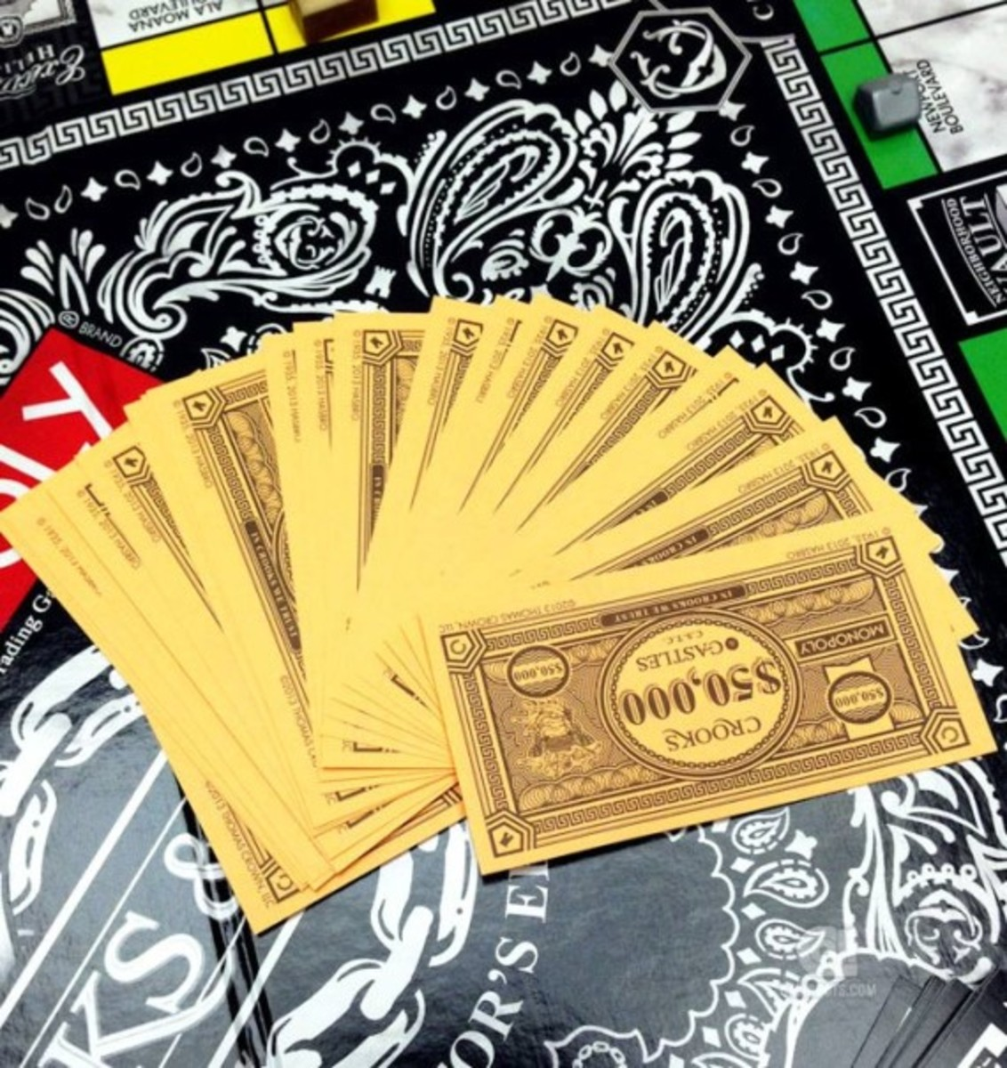hasbro-crooks-and-castles-monopoly-05
