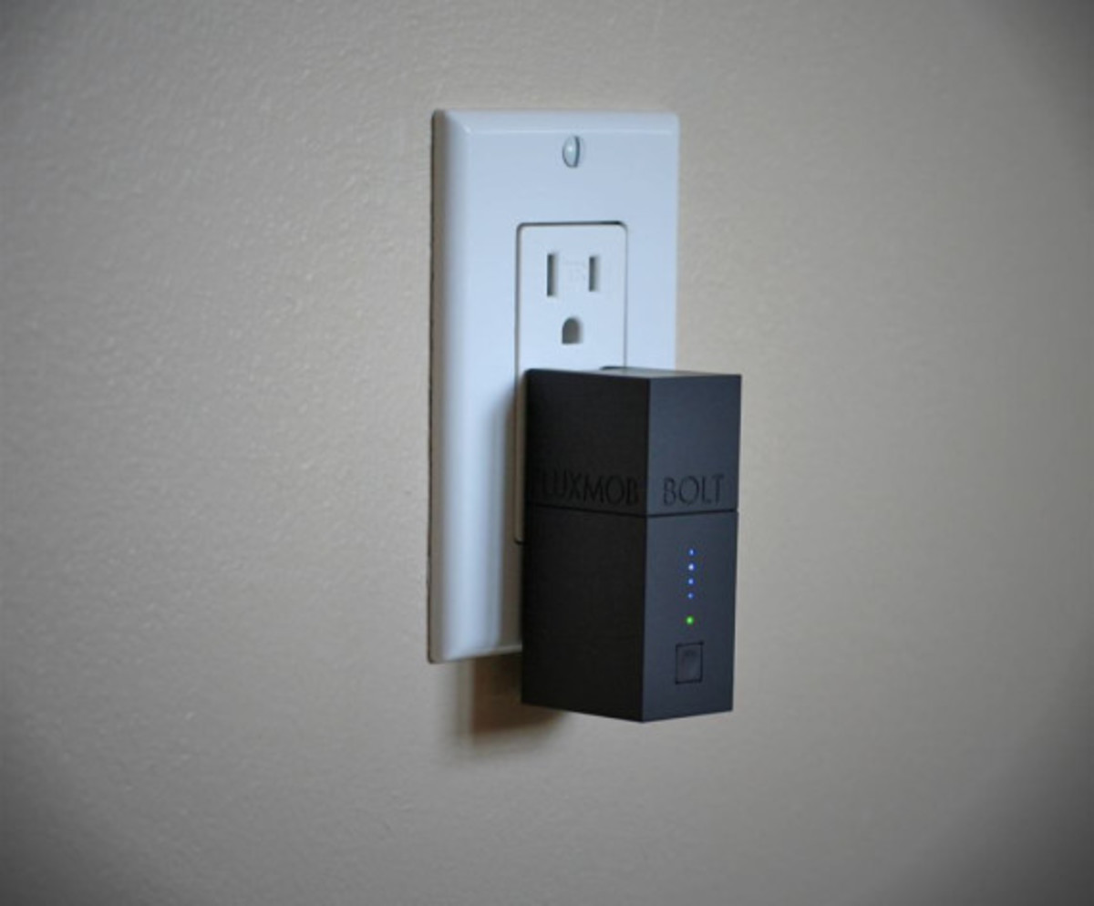 bolt-usb-battery-pack-with-built-in-wall-charger-02