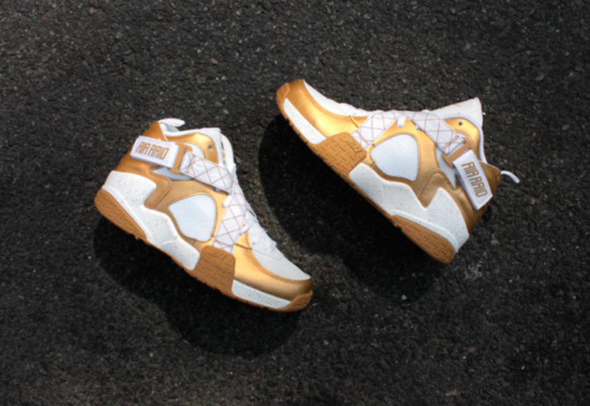 nike-air-raid-metallic-gold-02