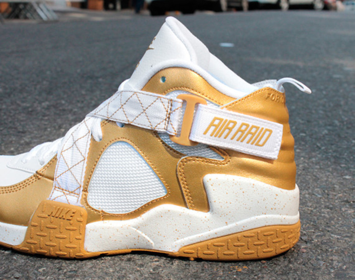 nike-air-raid-metallic-gold-01
