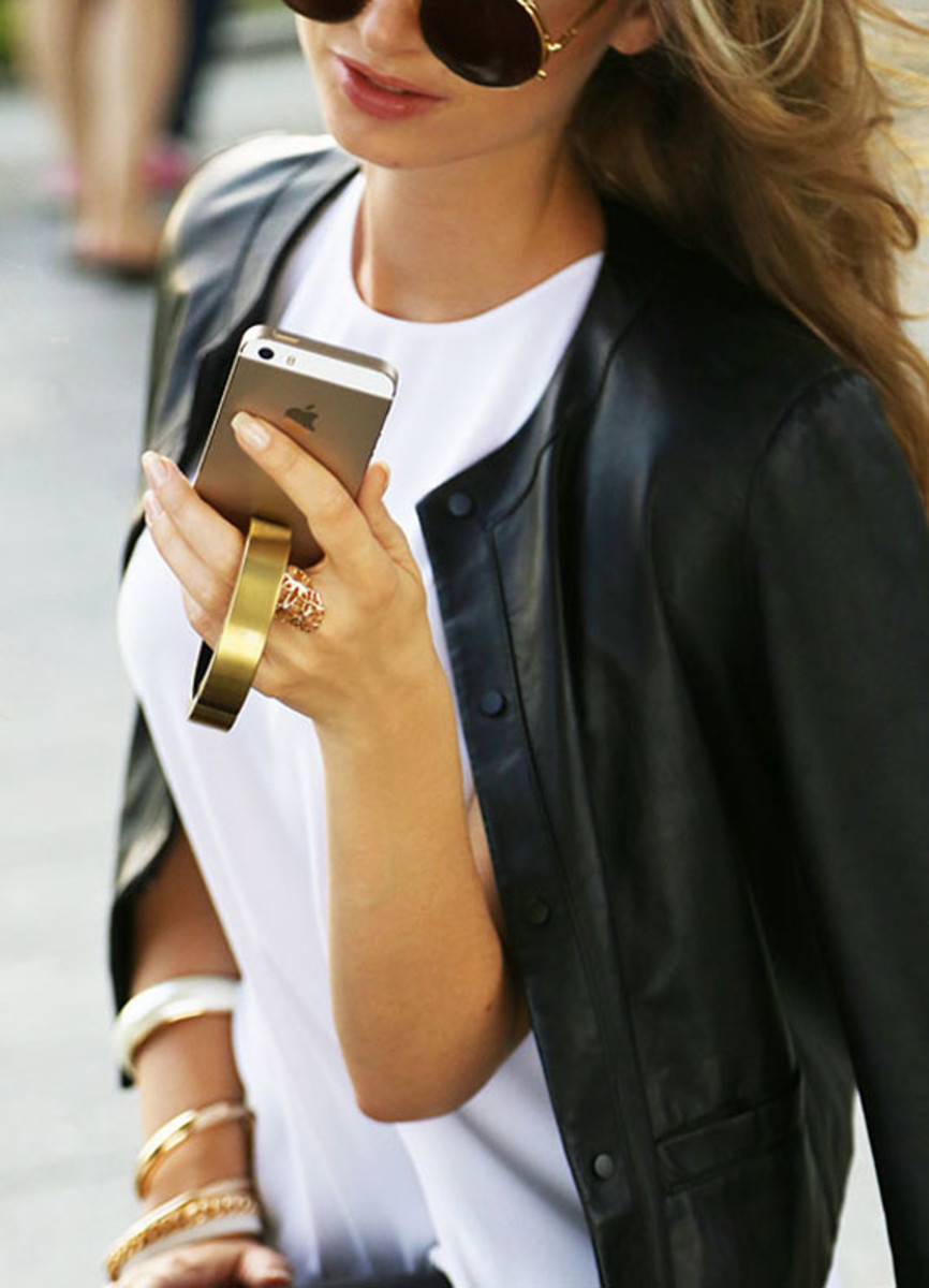 qbracelet-fashion-accessory-that-charges-phones-05