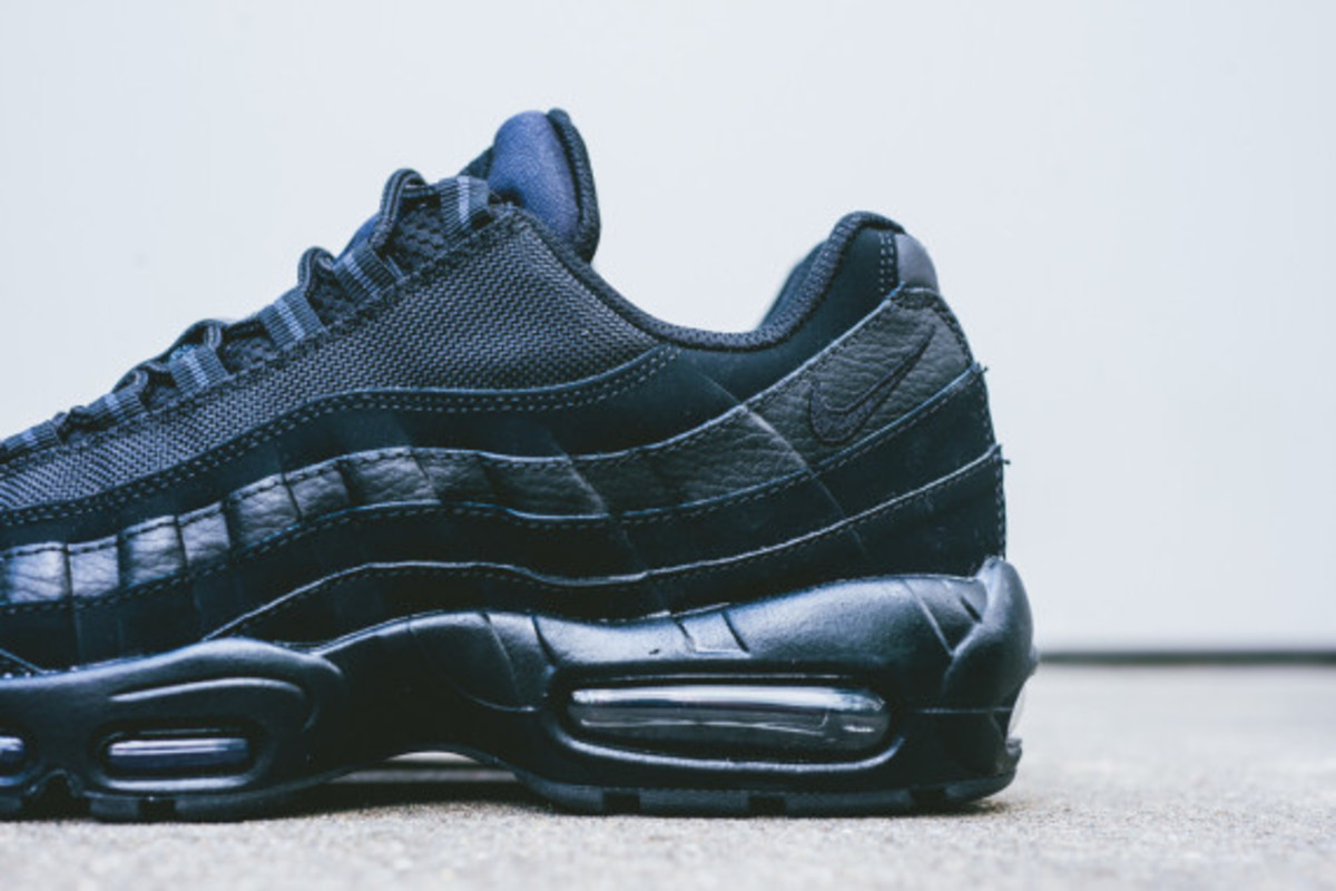 nike-air-max-95-triple-black-02