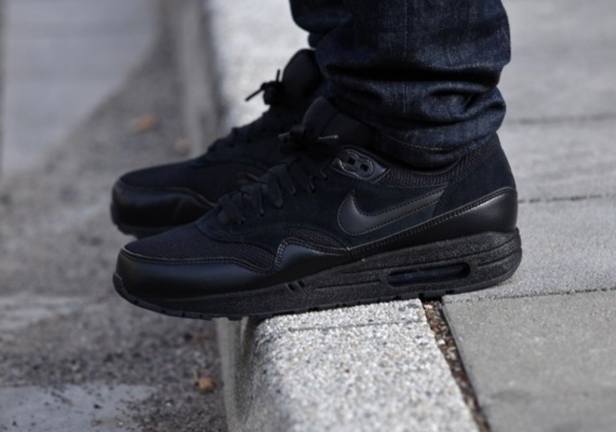 nike-air-max-1-essential-triple-black-07