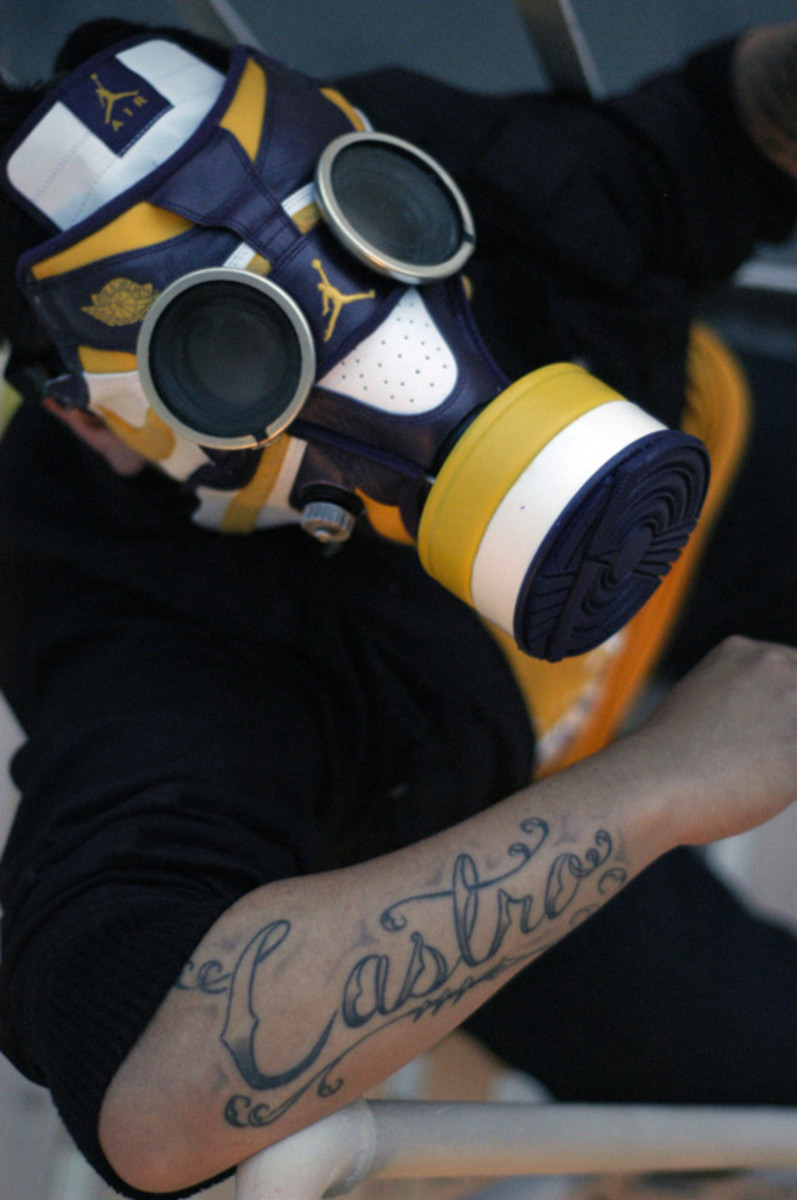 air-jordan-1-gas-mask-02