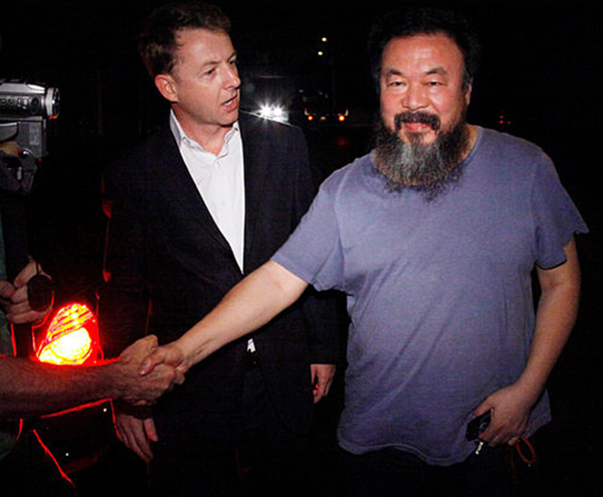ai-weiwei-chinese-artist-freed-on-bail-00