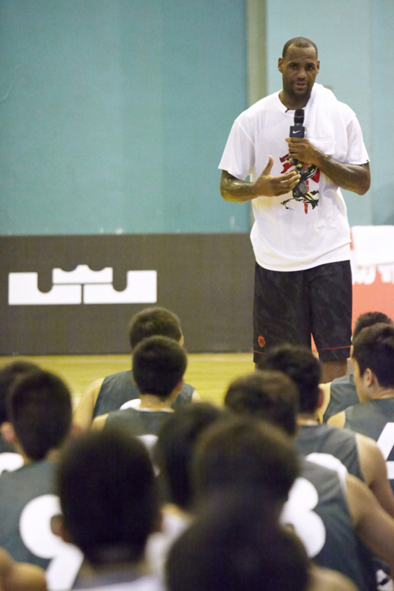 lebron-james-basketball-tour-china-2011-chengdu-18