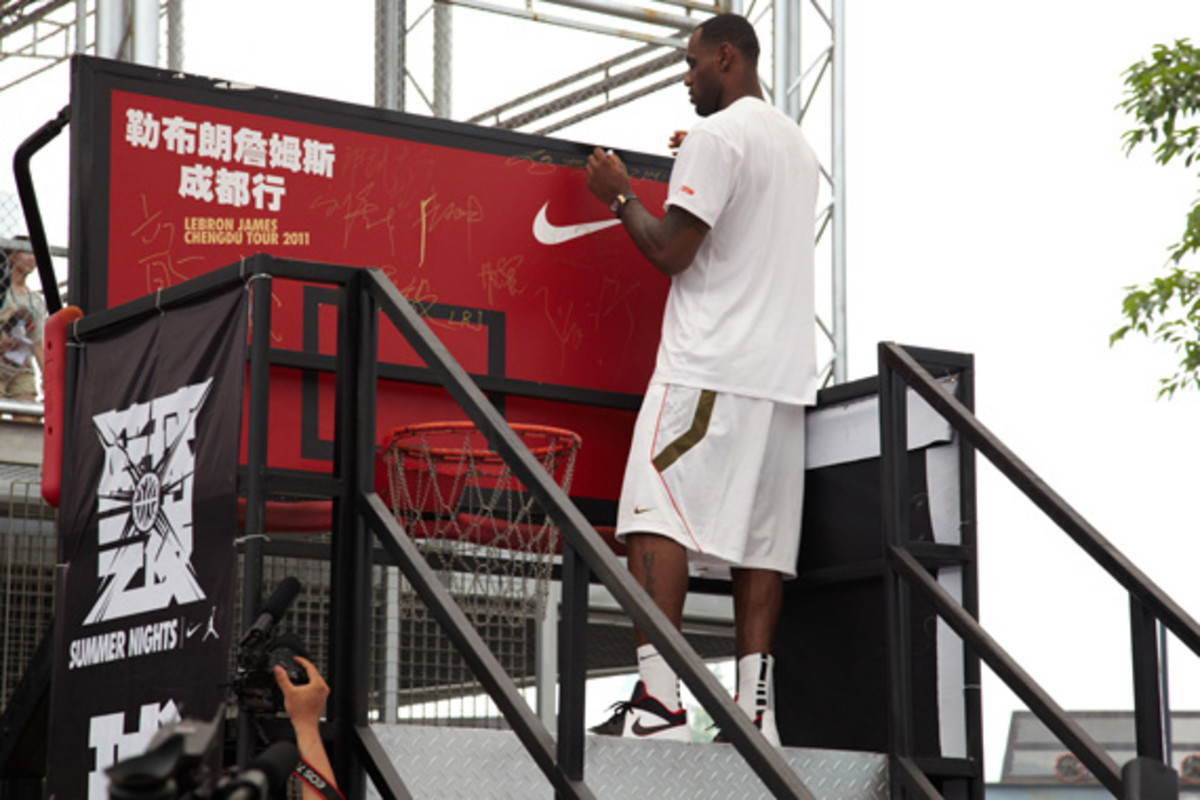 lebron-james-basketball-tour-china-2011-chengdu-05