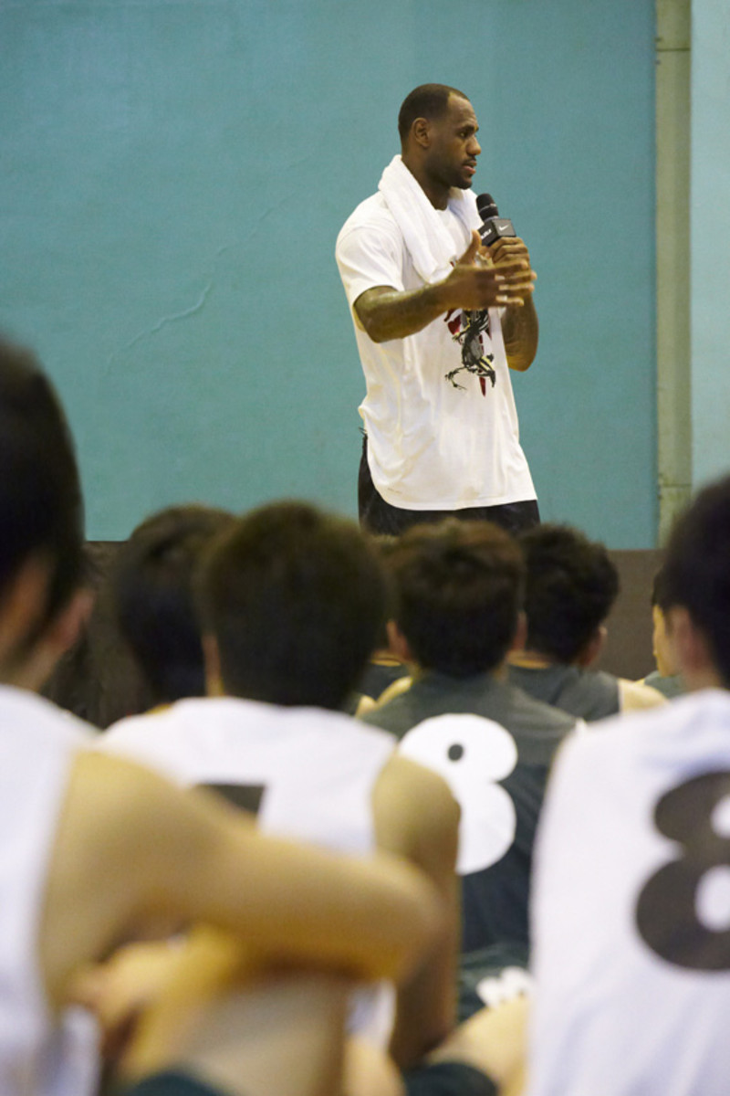 lebron-james-basketball-tour-china-2011-chengdu-19