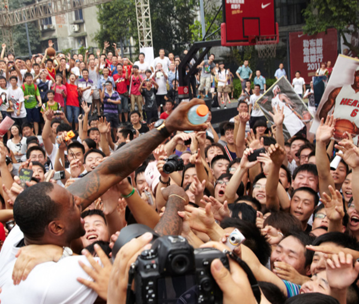 lebron-james-basketball-tour-china-2011-chengdu-01