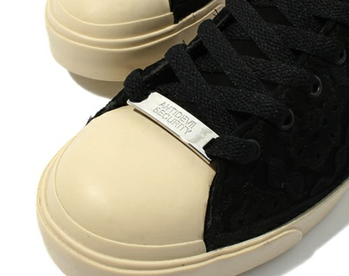 The H6F07-01 sneakers from UNDERCOVER samples elements from classic sneakers  and the result is a familiar style with a fresh new twist. 27e140f4e