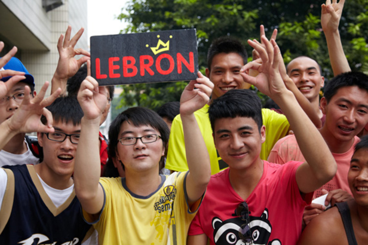 lebron-james-basketball-tour-china-2011-chengdu-12