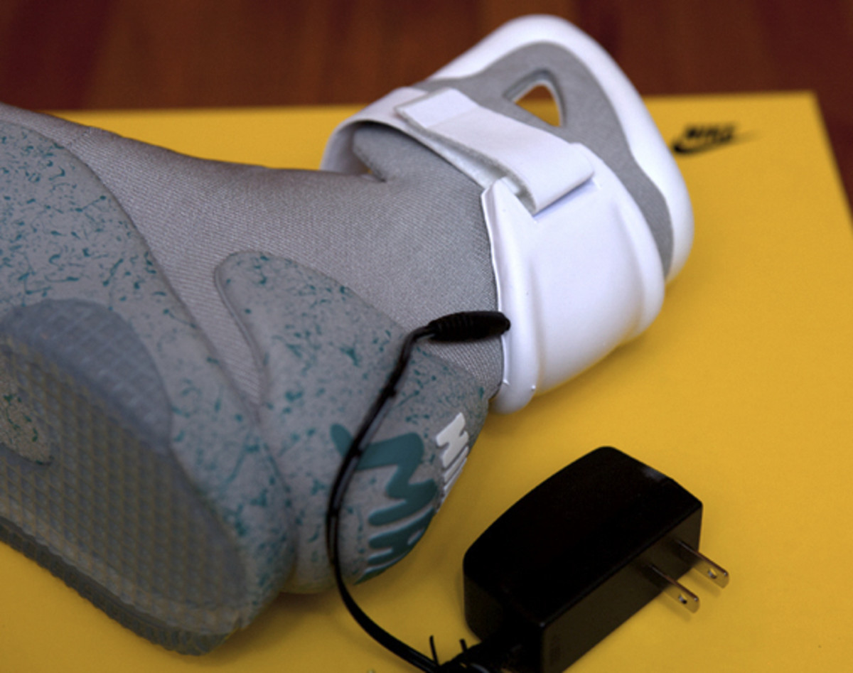 2011-nike-mag-unboxing-22