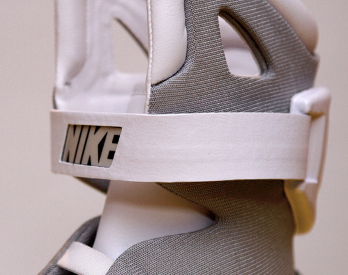 2011-nike-mag-unboxing-25