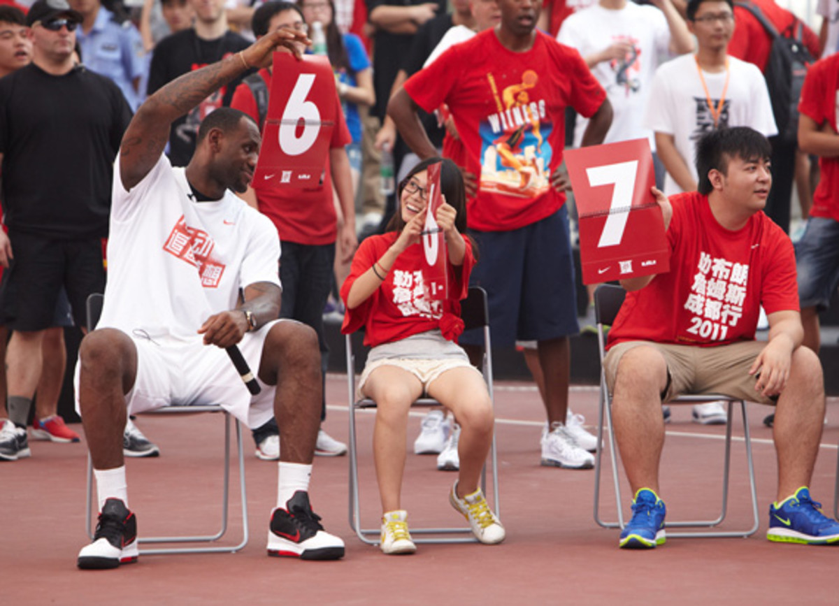 lebron-james-basketball-tour-china-2011-chengdu-07