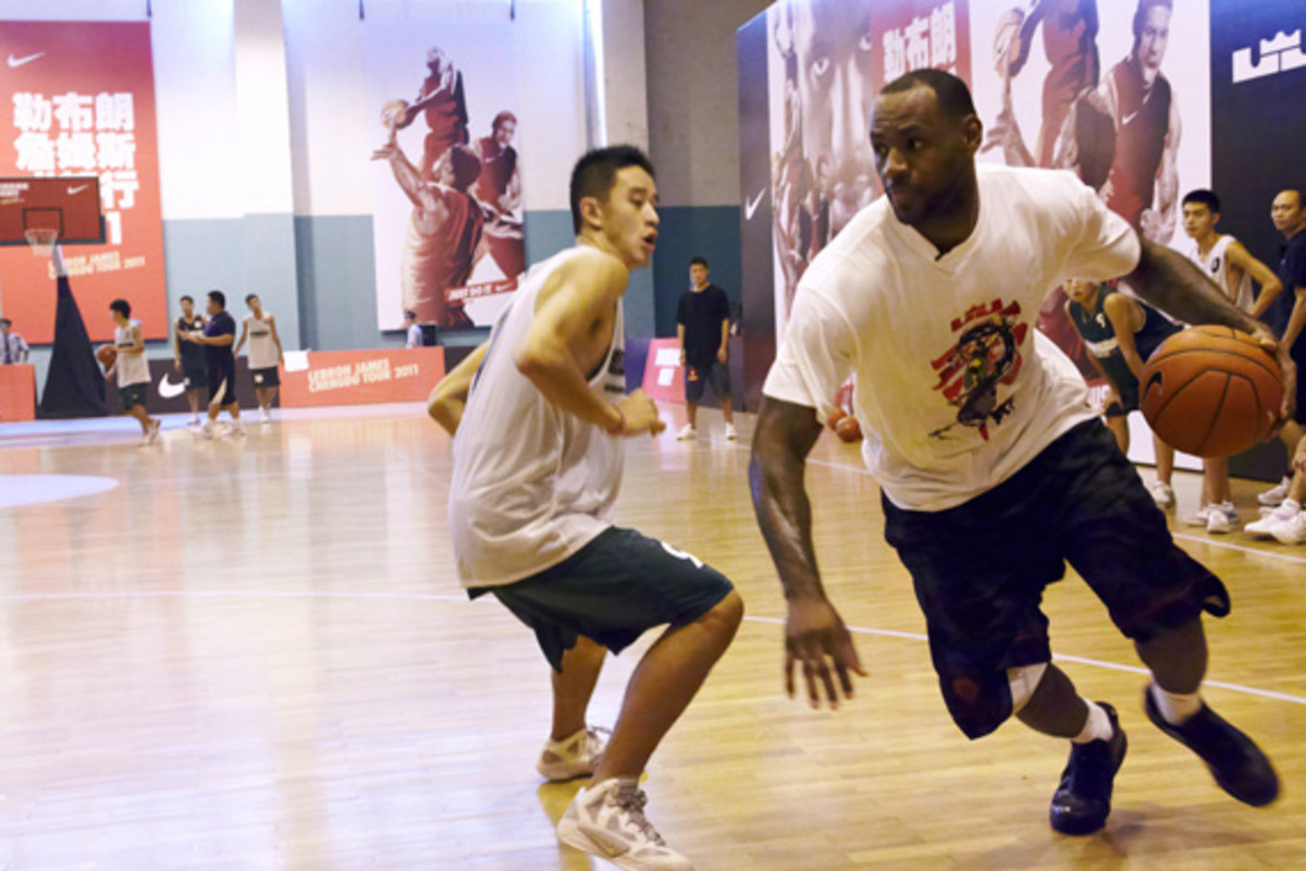 lebron-james-basketball-tour-china-2011-chengdu-17