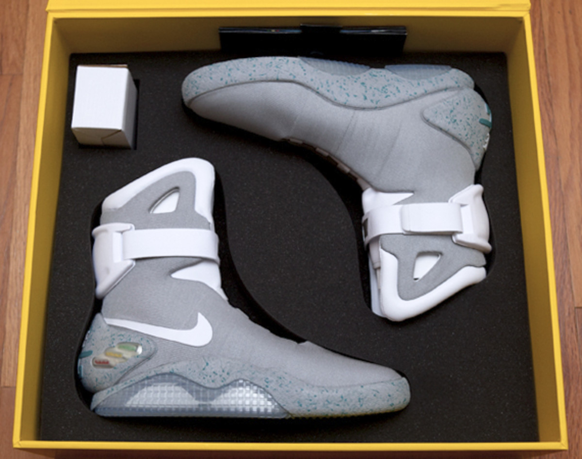 2011-nike-mag-unboxing-09